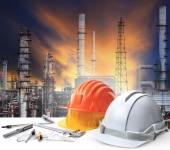 Engineer working table in oil refinery plant heavy petrochemical — Stockfoto