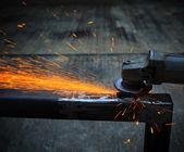 工业金属切削刀具的铁工厂车间加工和切割钢板对美丽火灾引发 — 图库照片