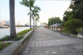 Perspective of walking way in public park heart of bangkok thail — Stock Photo