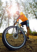 Young man riding mountain bike mtb on dirt dune use for men leis — Stock Photo