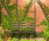 Drei Holz Schreibtischstuhl im Garten — Stockfoto