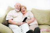 Personas mayores disfrutando de la televisión — Foto de Stock