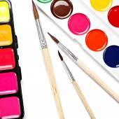 Barvy a štětce na bílém pozadí. — Stock fotografie