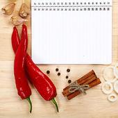 Notebook per ricette, verdure e spezie sul tavolo di legno. — Foto Stock