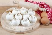 Cozer os ingredientes para cozinhar bolinhos manti em uma placa de madeira — Fotografia Stock