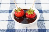 Strawberries with chocolate topping — Stock Photo