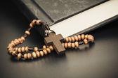 Christian Cruz colar no livro da Bíblia Sagrada, Jesus religião conc — Fotografia Stock