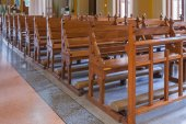 Walkway and Wood Bench of Catholic church, people can pray for g — Foto de Stock