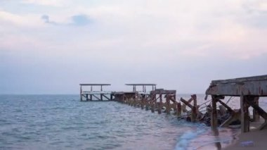 Timelapse of jetty at Pranburi beach in Thailand, day to night wide-angle view — Stockvideo