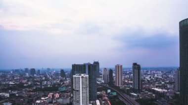 """View of Business Building Bangkok city area with transportation road near """"ChaoPhraya"""" river and sky sunset , day to night twilight, Timelapse — Stock Video"""
