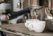 Prepares espresso — Stock Photo