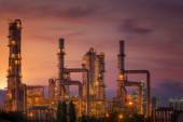 Oil refinery at twilight sky — Stock Photo
