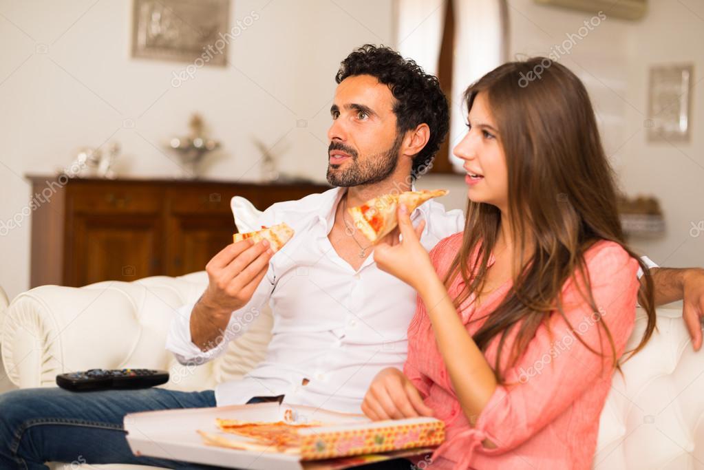 Парень принес пиццу зрелой смотреть онлайн фотоография
