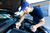 Araba motor çalışan makinist — Stok fotoğraf