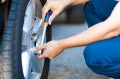 Mechanic inflating tire — Photo