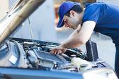 Mechanic working on car engine — Stock Photo