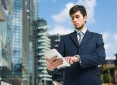 Homem de negócios usando o tablet — Foto Stock