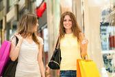Vänner shopping tillsammans — Stockfoto