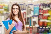 Lachende vrouw in briefpapier winkel — Stockfoto