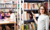 студент в библиотеке — Стоковое фото
