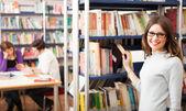 Student i biblioteket — Stockfoto