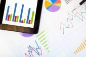 Tablet e grafici finanziari — Foto Stock