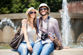 Tourists sitting near fountain — Stockfoto