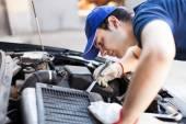 механик, работающих на двигатель автомобиля — Стоковое фото