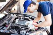 Mechanic working on car engine — Stockfoto