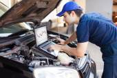Mechanic using laptop computer — Stock Photo