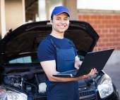 Mechanic using laptop computer — Stock Photo
