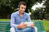 Man listening to music in park — Foto Stock