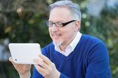 Man using tablet in park — Foto Stock