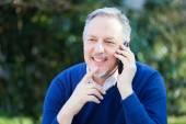 Man talking on phone in park — Stockfoto
