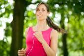Jovem mulher correndo ao ar livre — Foto Stock