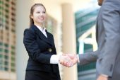 Businesspeople shaking hands outdoor — Stock Photo