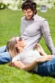 Genç çift çim üzerinde rahatlatıcı — Stok fotoğraf