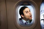 Uomo d'affari alla ricerca attraverso la finestra — Foto Stock