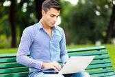 Uomo che usando computer portatile all'aperto — Foto Stock