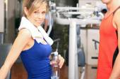 Woman smiling in fitness club — Foto de Stock