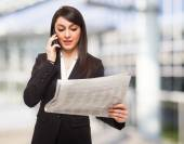 Woman talking on the phone — Stockfoto