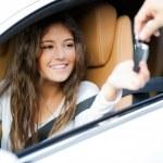 Mujer recibe las llaves del coche — Foto de Stock   #59864459