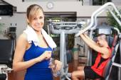 Woman working out in fitness club — Foto Stock