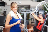 Woman working out in fitness club — Stockfoto
