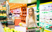 Woman shopping at supermarket — Stockfoto