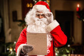 Santa czytająca list — Zdjęcie stockowe