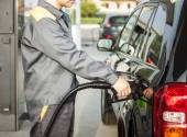 Man fueling up a car — Stock Photo