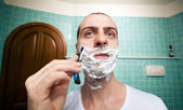 Man using razor to shave — Stock Photo