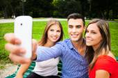 Amis prendre un portrait de selfie — Photo