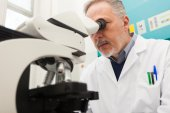 Researcher at work in laboratory — Stockfoto